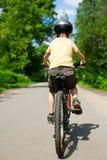 Bicicleta da equitação do miúdo Foto de Stock Royalty Free