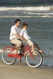 Bicicleta da equitação do paizinho com filho fotos de stock