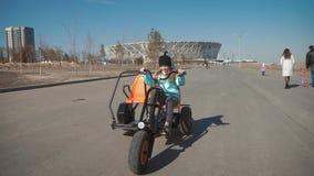 Bicicleta da equita??o da menina do adolescente no parque da cidade filme