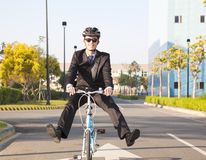 Bicicleta da equitação do homem de negócios ao escritório para eco-amigável Fotografia de Stock