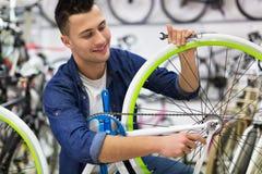 Bicicleta da fixação do técnico na oficina de reparações Fotografia de Stock Royalty Free