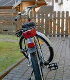 Bicicleta das luzes whee um alojamento de madeira Foto de Stock