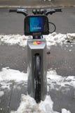 Bicicleta de Citi sob a neve perto do Times Square em Manhattan Fotos de Stock Royalty Free