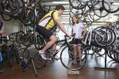 Bicicleta de compra de los pares en la tienda Foto de archivo