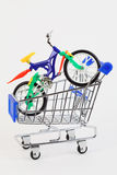 Bicicleta de dos ruedas del juguete en la compra del carro foto de archivo libre de regalías