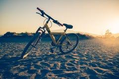 Bicicleta de Etna na praia foto de stock royalty free