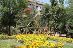 Bicicleta de la cama de flor Stalingrad, Rusia foto de archivo libre de regalías