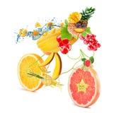 Bicicleta de la comida con el ciclista con las frutas en el fondo blanco Imágenes de archivo libres de regalías
