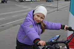 Bicicleta de la muchacha imágenes de archivo libres de regalías