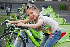 Bicicleta de la muchacha imagenes de archivo