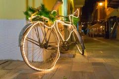 Bicicleta de la Navidad adornada en Nafplio en Grecia Fotos de archivo