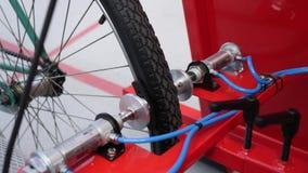 Bicicleta de la pista fijada en puerta del comienzo en velódromo Bici retra cycling almacen de metraje de vídeo