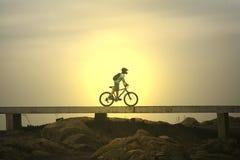 Bicicleta de la puesta del sol Fotografía de archivo