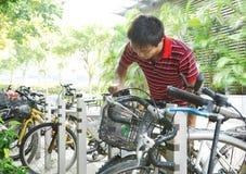 Bicicleta de la toma Fotos de archivo libres de regalías