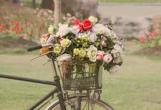 Bicicleta de la vendimia con las flores Fotografía de archivo