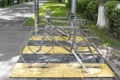 Bicicleta de las disposiciones en el estacionamiento Fotos de archivo
