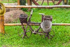 Bicicleta de madera vieja para la decoración en hierba en jardín Foto de archivo libre de regalías