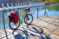 Bicicleta de MTB que viaja a la bici en un parque con el cuévano Foto de archivo