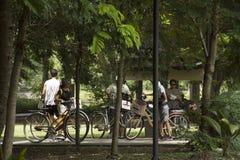 Bicicleta de passeio e biking dos povos dos viajantes em Sri Nakhon Khuean Khan Park e jardim botânico ou parque do kachao do gol Fotos de Stock