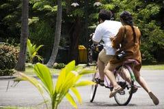 Bicicleta de passeio e biking dos povos dos viajantes em Sri Nakhon Khuean Khan Park e jardim botânico ou parque do kachao do gol Fotos de Stock Royalty Free