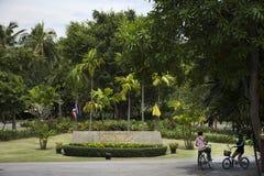 Bicicleta de passeio e biking dos povos dos viajantes em Sri Nakhon Khuean Khan Park e jardim botânico ou parque do kachao do gol Foto de Stock