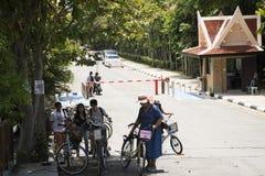 Bicicleta de passeio e biking dos povos dos viajantes em Sri Nakhon Khuean Khan Park e jardim botânico ou parque do kachao do gol Foto de Stock Royalty Free