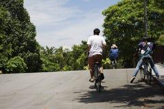 Bicicleta de passeio e biking dos povos dos viajantes em Sri Nakhon Khuean Khan Park e jardim botânico ou parque do kachao do gol Imagem de Stock