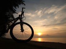 Bicicleta de Silhoutte ao lado do beira-mar Imagens de Stock Royalty Free