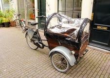 Bicicleta de tres ruedas con la cubierta de la cubierta Fotografía de archivo