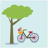Bicicleta debajo de un árbol en fondo Fotografía de archivo libre de regalías