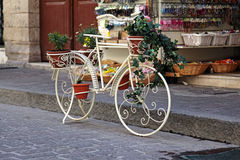 Bicicleta decorativa decorada com flores Foto de Stock