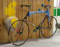 Bicicleta decorativa del metal en supermercado Imagen de archivo