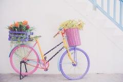 Bicicleta decorativa retra con los potes de flores Foto de archivo