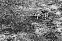 Bicicleta deixada em um campo imagem de stock