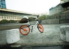 Bicicleta del diseño moderno que se coloca en una acera grande fotografía de archivo libre de regalías