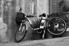 Bicicleta del estilo del vintage que se inclina en una pared Foto de archivo libre de regalías