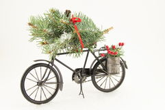 Bicicleta del juguete con las decoraciones de la Navidad Imagen de archivo libre de regalías