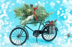 Bicicleta del juguete con las decoraciones de la Navidad Imágenes de archivo libres de regalías
