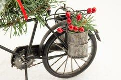 Bicicleta del juguete con las decoraciones de la Navidad Foto de archivo