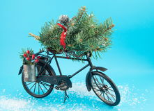 Bicicleta del juguete con las decoraciones de la Navidad Imagen de archivo