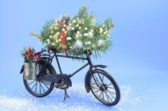 Bicicleta del juguete con las decoraciones de la Navidad Fotografía de archivo libre de regalías