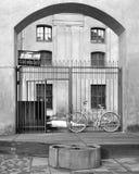 Bicicleta del monje en la puerta del monasterio fotografía de archivo libre de regalías