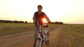 Bicicleta del montar a caballo del adolescente del muchacho E Foto de archivo libre de regalías
