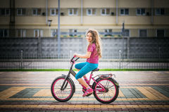 Bicicleta del montar a caballo de la niña Fotos de archivo libres de regalías