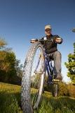 Bicicleta del montar a caballo del hombre Foto de archivo