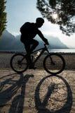 Bicicleta del montar a caballo del hombre Imágenes de archivo libres de regalías