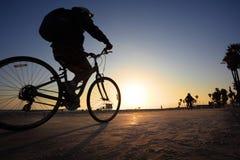 Bicicleta del montar a caballo del hombre Fotografía de archivo libre de regalías