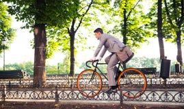 Bicicleta del montar a caballo del hombre de negocios foto de archivo libre de regalías