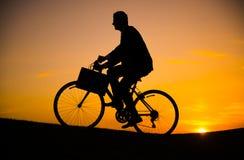 Bicicleta del montar a caballo del hombre de negocios en la colina Imagen de archivo libre de regalías