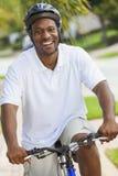 Bicicleta del montar a caballo del hombre del afroamericano foto de archivo libre de regalías